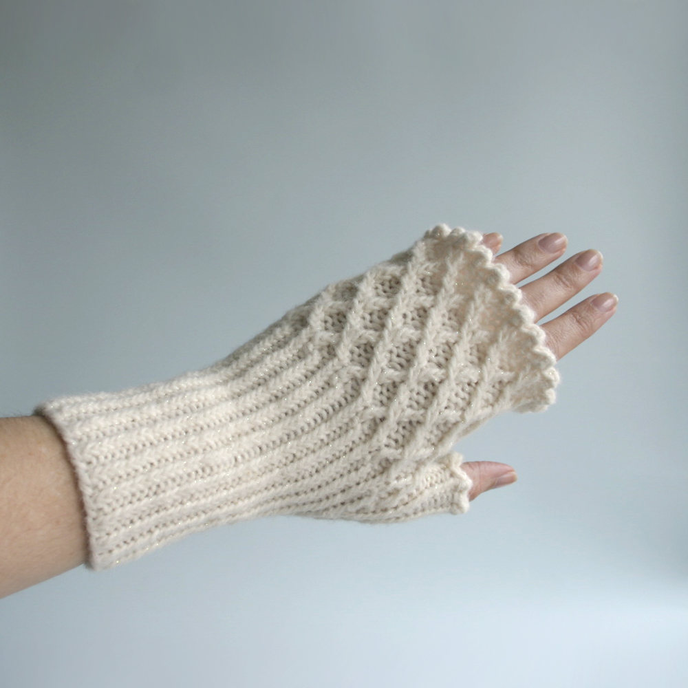 Knitted Shamrock Pattern : Free Knit Pattern: Trellis Fingerless Gloves Knits & Prints
